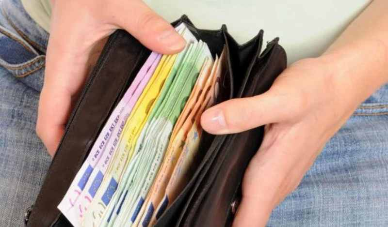 selezione premium 349a0 c7bcc Trova portafogli pieno di soldi e lo restituisce: la ...